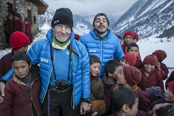 Con niños lama budistas. Foto de BBVA.